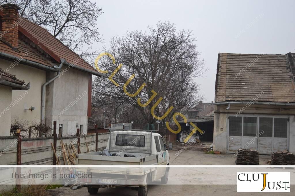 Casa vecină (în stânga)
