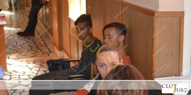 Doi adolescenți de 17 ani, acuzați de tentativă de omor după ce l-au călcat pe cap pe un alt tânăr VIDEO