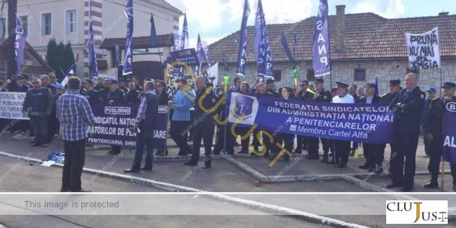 Ministrul Justiției, Raluca Prună, huiduit de protestatari în fața Penitenciarului Gherla