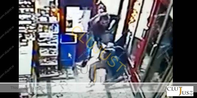 Clujean luat la bătaie într-un magazin de un hoț de buzunare. VIDEO camere de supraveghere