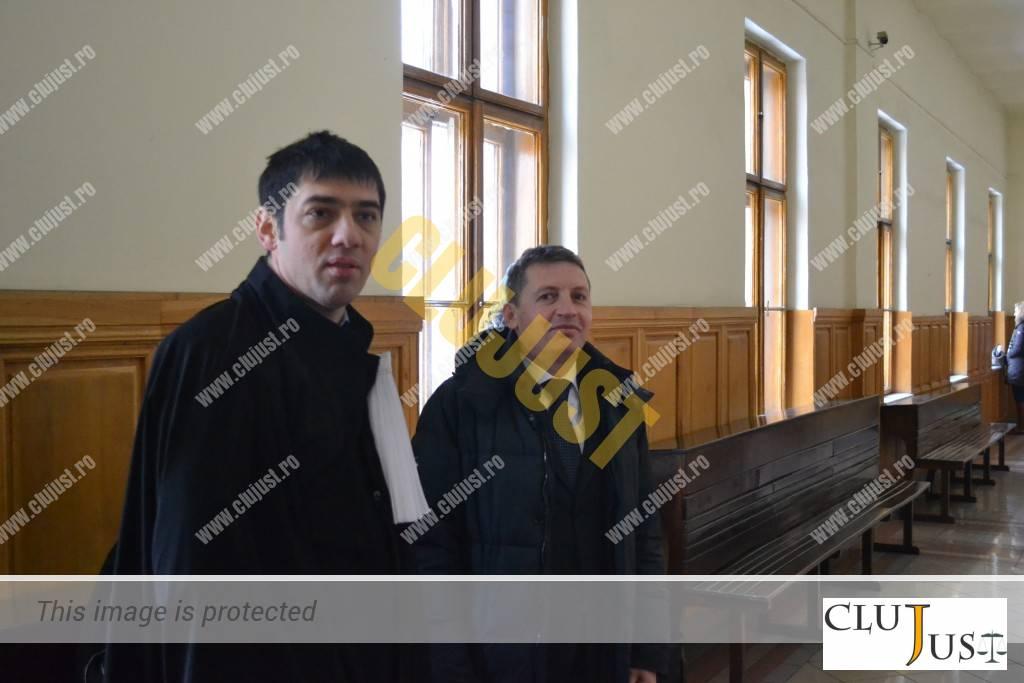 Consilierul Ioan Petran alături de avocatul său, Sergiu Bogdan