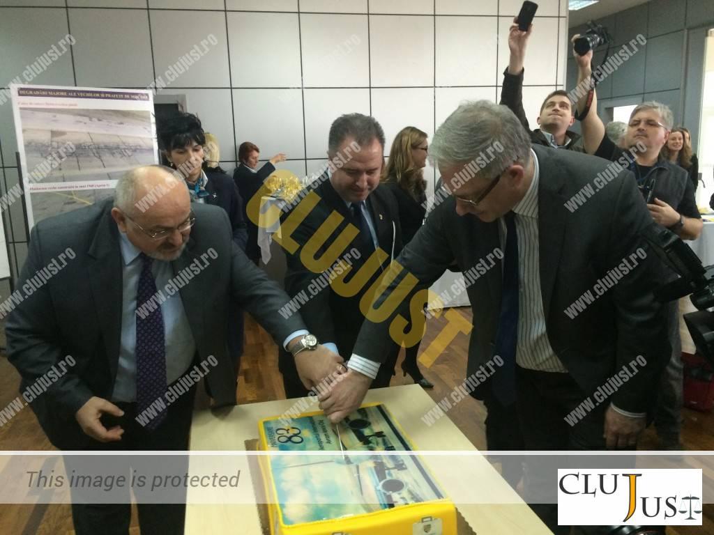 Prefectul Gheorghe Vușcan, președintele CJ, Vakar Istvan și directorul Aeroportului, David Ciceo au tăiat tortul