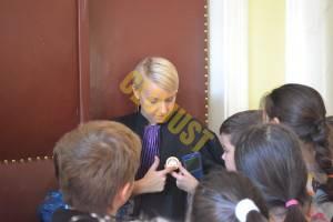 Insigna de judecător a stârnit curiozitatea elevilor