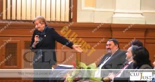 Ioana Gidro Stanca arătând către fostul soț, profesorul Gidro