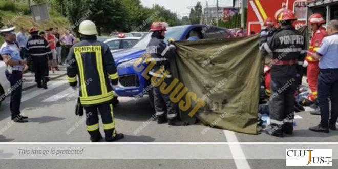Ucis pe trecerea de pietoni de o masina care iesea dintr-o parcare