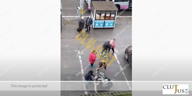 Scandal într-o stație de autobuz din Cluj-Napoca. O femeie în scaun cu rotile a fost răsturnată VIDEO