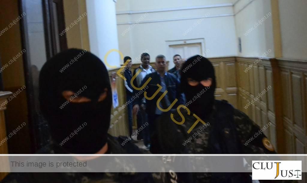 Membrii retelei de evaziune dusi la sala de judecata cu mascații