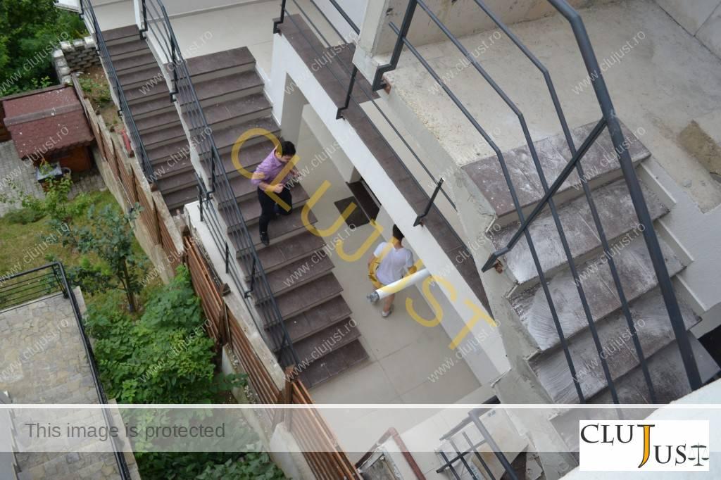 IT-iștii se plimbă pe scările exterioare