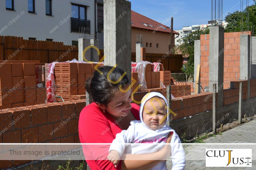O vecină cu copil mic spune că noua construcție le va lua lumina naturală din casă