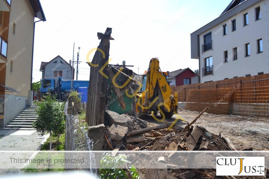 Cocioaba care trebuia exstinsă și etajată e aproape demolată