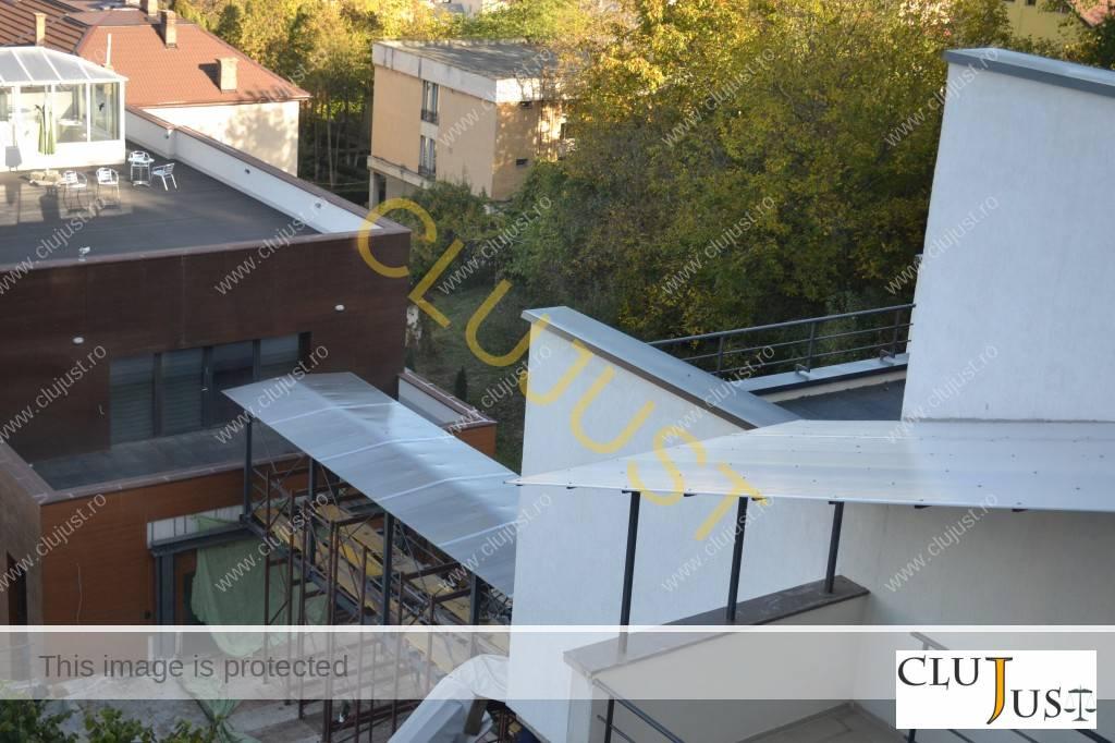 În timpul procesului, s-a construit o pasarelă între cele două clădiri cu birouri