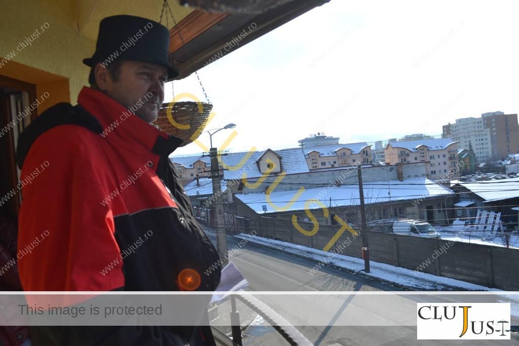Torok Francisc privește spre casa lui, lângă care ar urma să răsară blocul