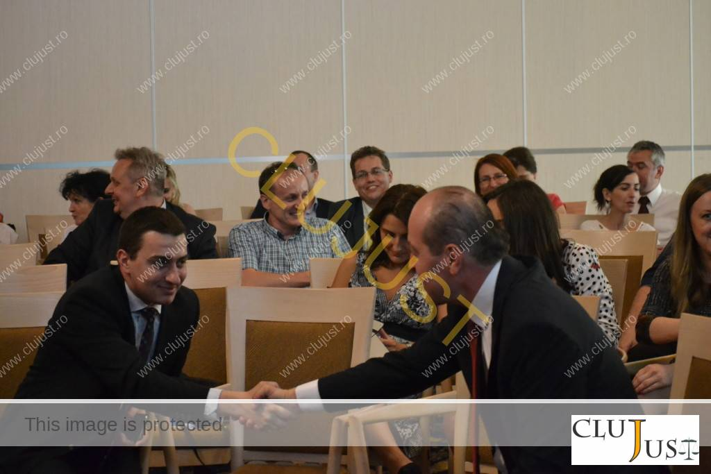 Subprefectul Dan Codrean și decanul Mircea Pop au fost voluntari la exercițiul strângerii de mână