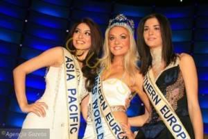 Miss Republica Cehă, Tatana Kucharova (centru) cu Miss Australia Sabrina Houssami (stanga) si Miss Romania Ioana Valentina Boitor la Miss World 2006 [sursa foto Reuters]