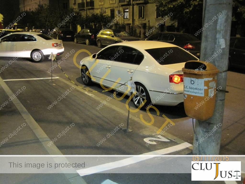 De pe toată strada sunt marcate două locuri: 1 și 2.