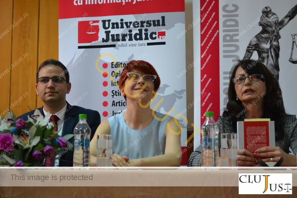 Andrea Chiș alături de Liviu Zidaru și profesoara Emese Florian, datorită căreia s-a făcut judecător