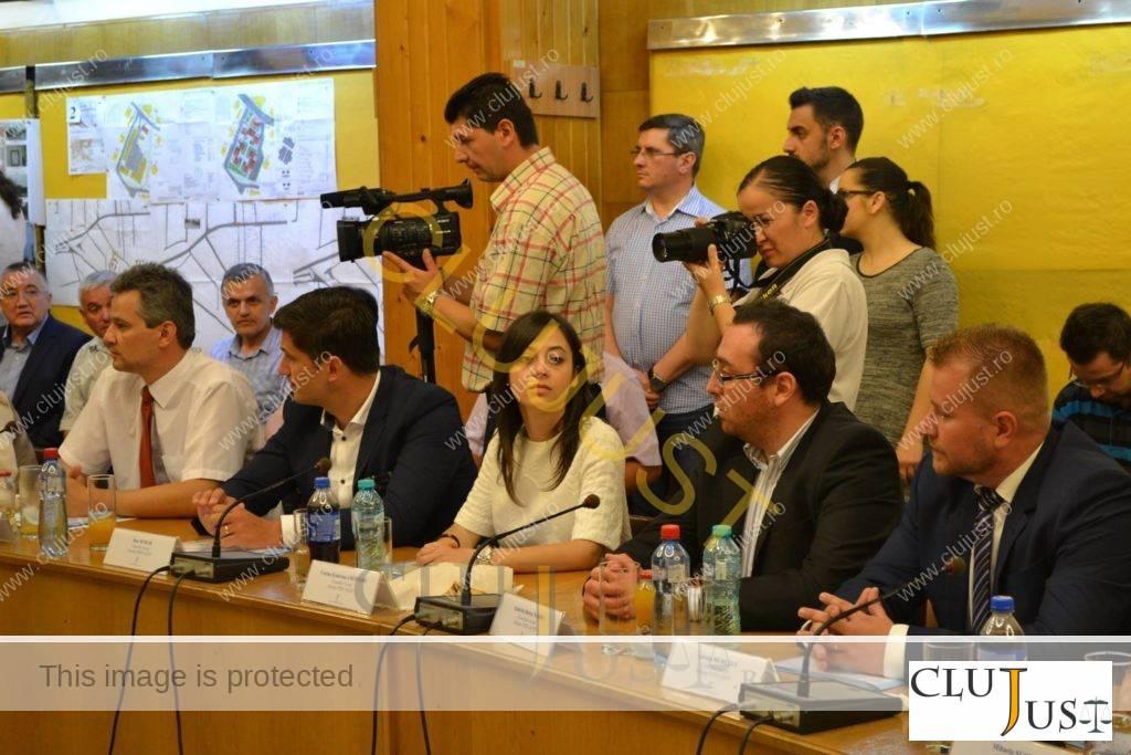 Corina Croitoru (în centrul imaginii) alături de la fel de tânărul coleg Horia Nasra