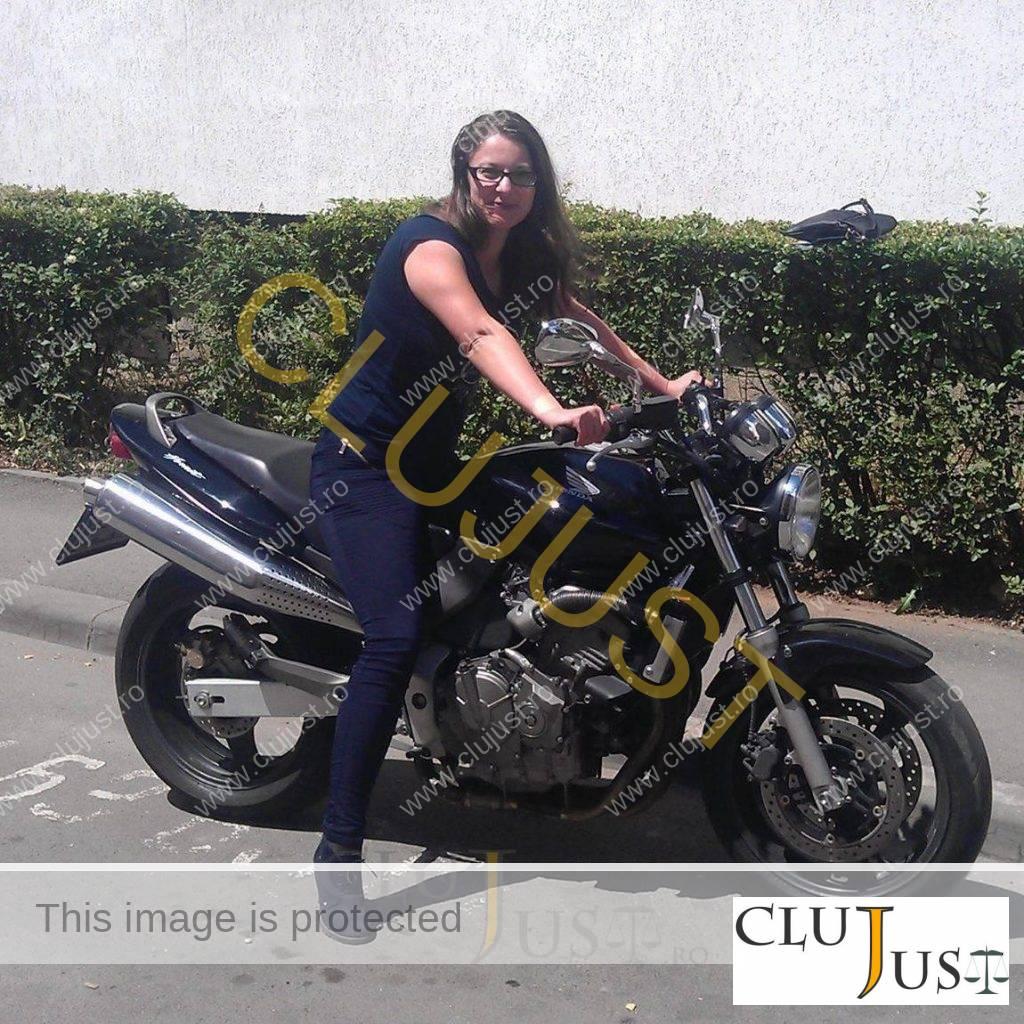 olah emese pe motocicleta