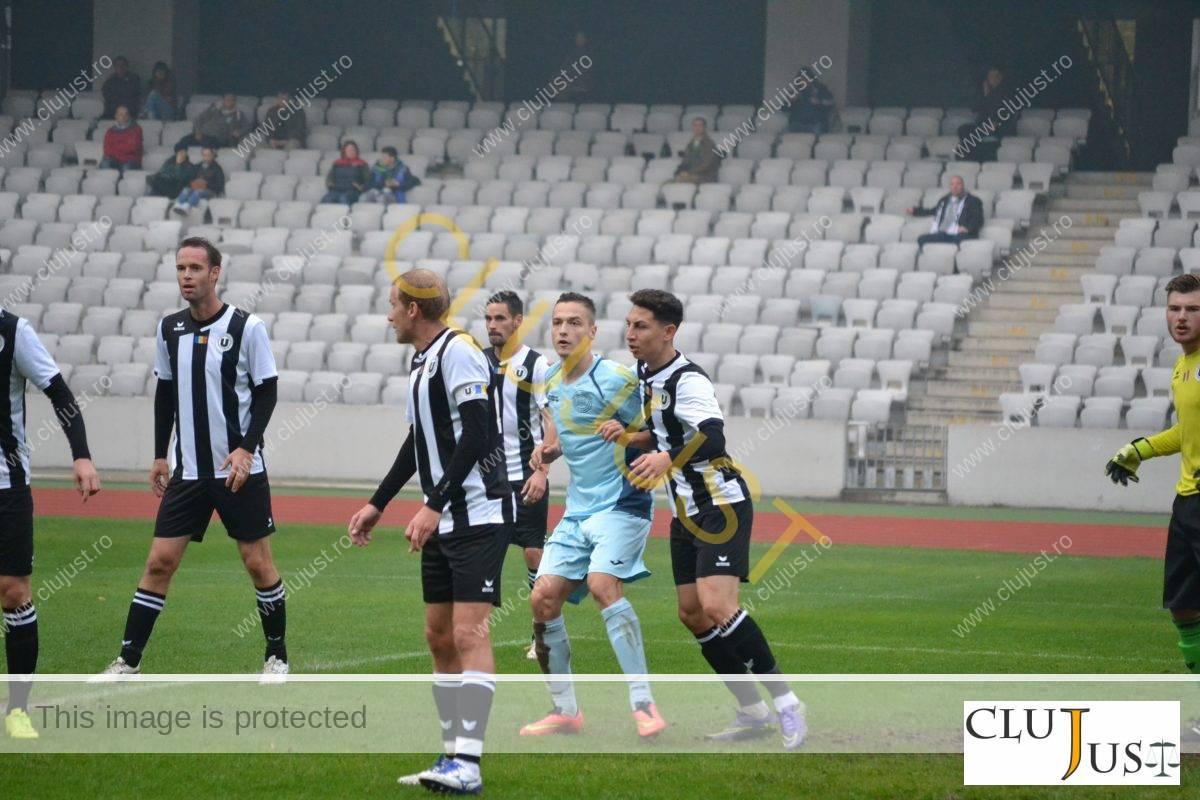 """Răzvan Trușcă, ținut strâns de fundașii """"U"""" Cluj la meciul din liga 4"""