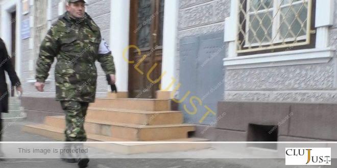 """VIDEO Militar de la poarta Tribunalului Militar, agresiv cu jurnaliștii. Reprezentanții Diviziei 4: """"Ne cerem scuze"""""""