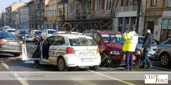 Un tânăr cu BMW a fugit de poliție prin centrul Clujului până când a intrat în altă mașină