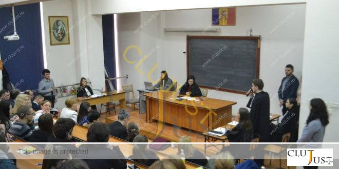 """Zilele porților deschise la Facultatea de Drept """"Dimitrie Cantemir"""": Amfiteatru arhiplin. Proces simulat cu Ecstasy și Facebook"""