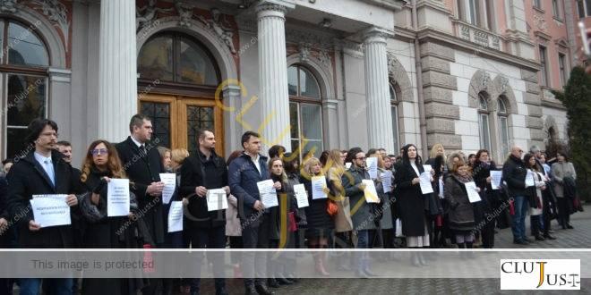 Peste 200 de magistrați din Cluj au protestat în fața Curții de Apel împotriva OUG 7/2019. Urmează suspendarea activității!