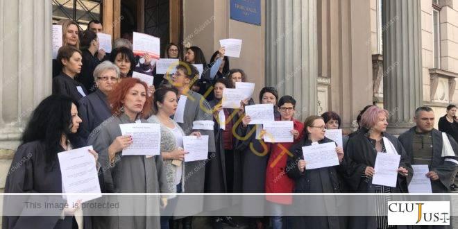 """Grefierii din Cluj au ieșit în stradă în semn de solidaritate cu cei de la Guvern: """"Nu suntem bocănitori"""""""