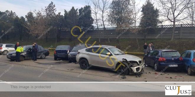 """Un """"tanc"""" BMW X6 a """"măturat"""" șase mașini parcate pe stradă din Cluj-Napcoa"""