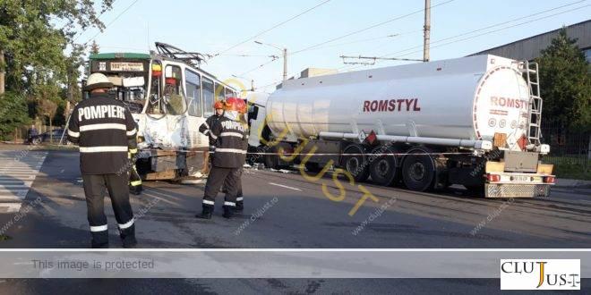 O cisternă cu motorină a intrat într-un tramvai pe bulevardul Muncii