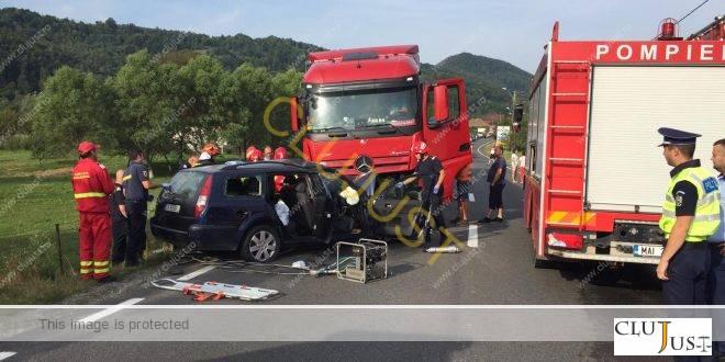 Impact frontal între un autoturism și un autotren pe drumul Cluj-Oradea