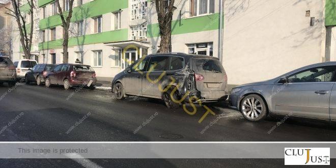 Un șofer CTP a făcut prăpăd pe o stradă din Cluj-Napoca: patru dintr-o lovitură