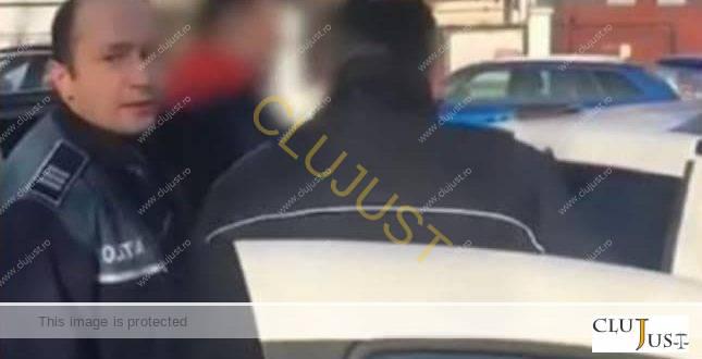 O tânără îl acuză de abuz pe un polițist ce a amendat-o pe motiv că plimba câinele prea departe de locuință