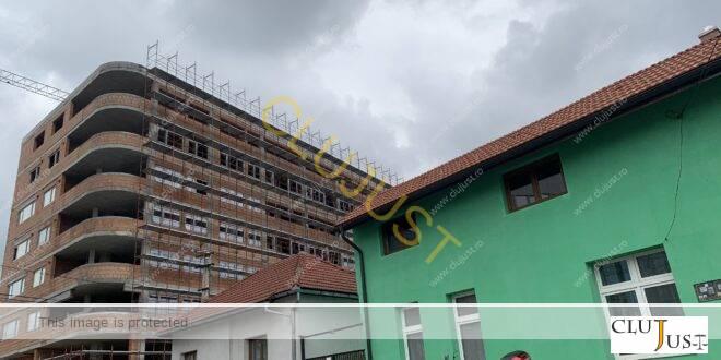 Doi constructori fantomatici ridică două blocuri de 6 și 4 etaje în locul unei case și lângă case în Cluj-Napoca