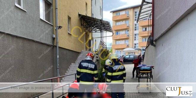 Un muncitor care schimba țigla pe un bloc cu mansardă ciudată a la Cluj a căzut și a murit